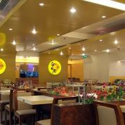 快餐店简约原木深色桌椅装饰