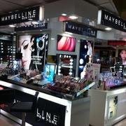 大型购物商城现代简约风格化妆品柜台装饰