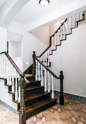 精致的别墅实木楼梯装修效果图