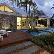 黄昏下的庭院泳池