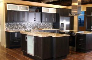 别墅开放式厨房黑色大理石橱柜效果图