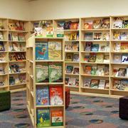 小户型儿童书店实木书架设计效果图