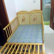 浅色木质婴儿床设计
