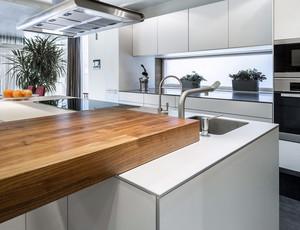 复式楼现代简约风格开放式厨房装修效果图