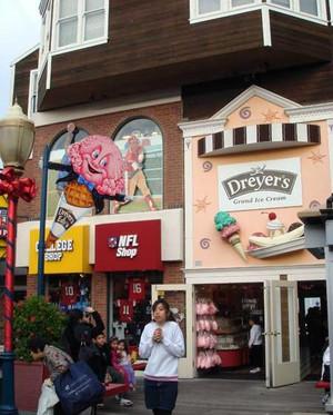 现代简约风格小型街角冰淇淋店装修效果图