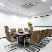 纯白色调会议室