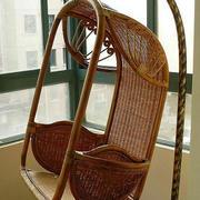 美式简约风格深色系阳台藤制吊椅装饰图