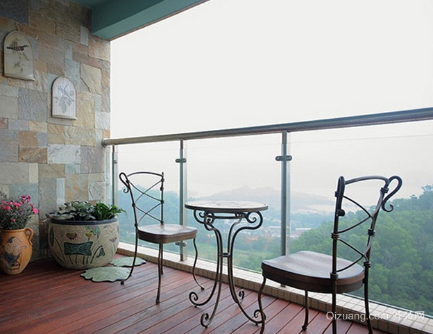 三室两厅现代简约风格阳台装修效果图
