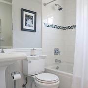 复式楼淡色调卫生间装修效果图