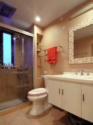 三室两厅现代简约风格卫生间装修效果图