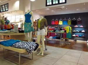 现代简约服装店展示架装修设计效果图