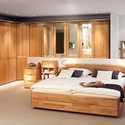 20平米美式简约卧室原木衣柜装修效果图