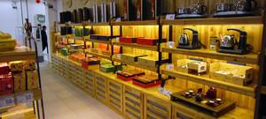 原木色50平店面产品展示柜台装修效果图