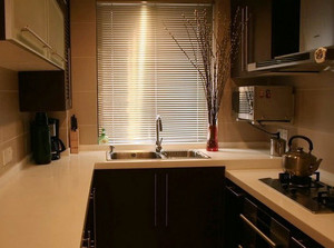 小户型现代简约风格暖色系厨房百叶窗帘装饰图