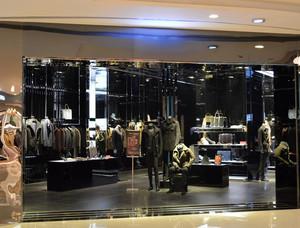 后现代风格深色服饰商铺装修效果图