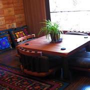 阳台深色原木家具装饰