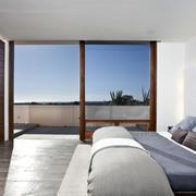 现代男士公寓卧室纯白色背景装修图片