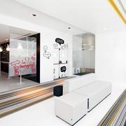 现代时尚企业办公室走廊装修实景图