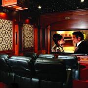 美式深色原木家庭影院装饰