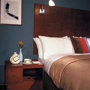 简约原木深色床头柜装饰