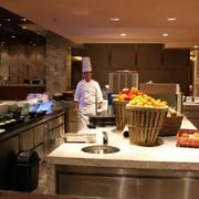 现代简约风格暖色系酒店厨房装修效果图