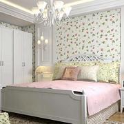 卧室白色系印花壁纸装饰