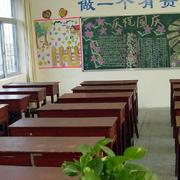 教室红色系课桌椅装饰
