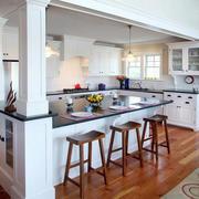 大型别墅悬挂式厨柜装饰