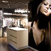 大型女士服装店柜台装饰