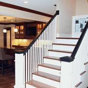 白色现代化楼梯