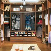 暖色调衣柜造型图