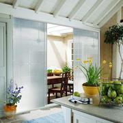 田园风格温馨小厨房玻璃隔断门效果图