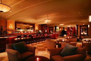 端庄大方:温馨特色都市小酒吧装修效果图
