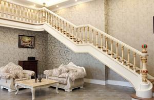 家的通道:复式楼简欧实木楼梯装修效果图