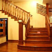 温馨暖色调楼梯图片