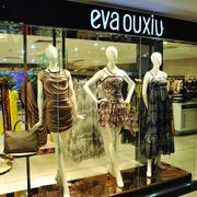 女服装店橱窗展示