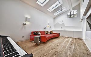 复式楼客厅红色沙发
