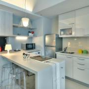 单身公寓厨房白色橱柜