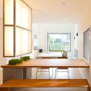 复式楼浅色调餐厅餐桌椅