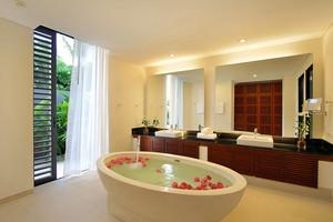 独栋别墅现代浴室浅色调装修设计效果图