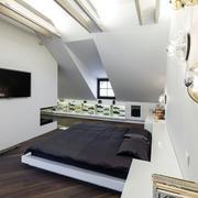 小户型卧室白色电视墙