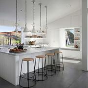 房屋开放式厨房吧台