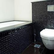 新房卫生间黑色瓷砖展示