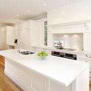 现代开放式干净白色厨房装修效果图