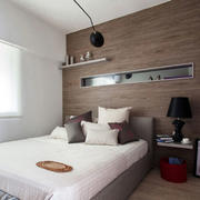 小户型床头实木背景墙