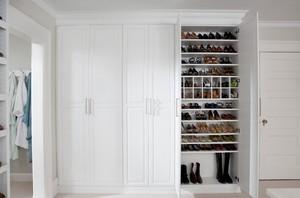 白色纯洁衣帽间大鞋柜装修效果图