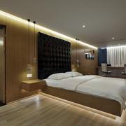 复式楼大型卧室软包背景墙