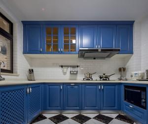 大户型U字型厨房深蓝色橱柜装修效果图