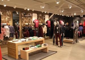 120平米温馨现代服装店室内背景墙装修效果图