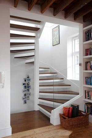 北欧简约风格复式楼实木楼梯装修效果图